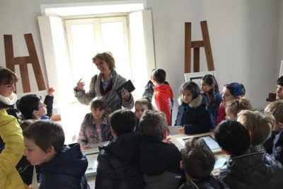 Bambini in visita alla mostra di Anna Sutor
